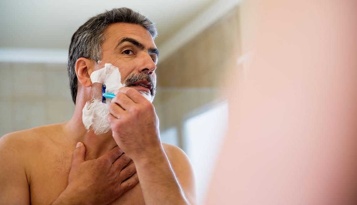 Maneras de verte más joven, como este hombre que se afeita la barba.