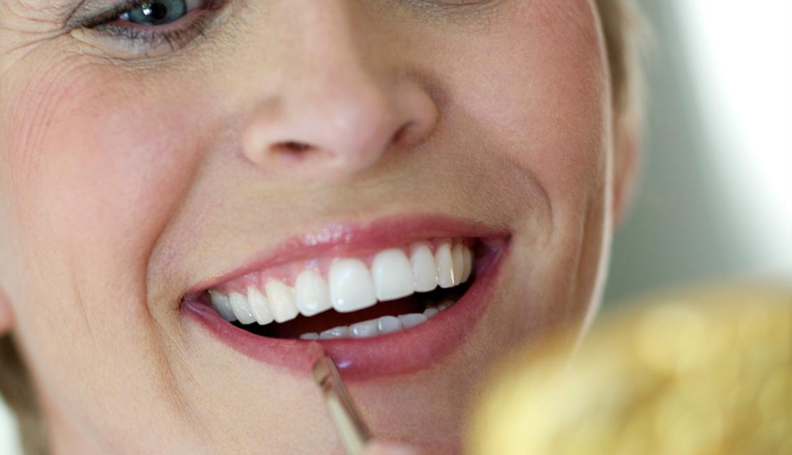 Maneras de verte 10 años más joven - Mujer pintándose los labios