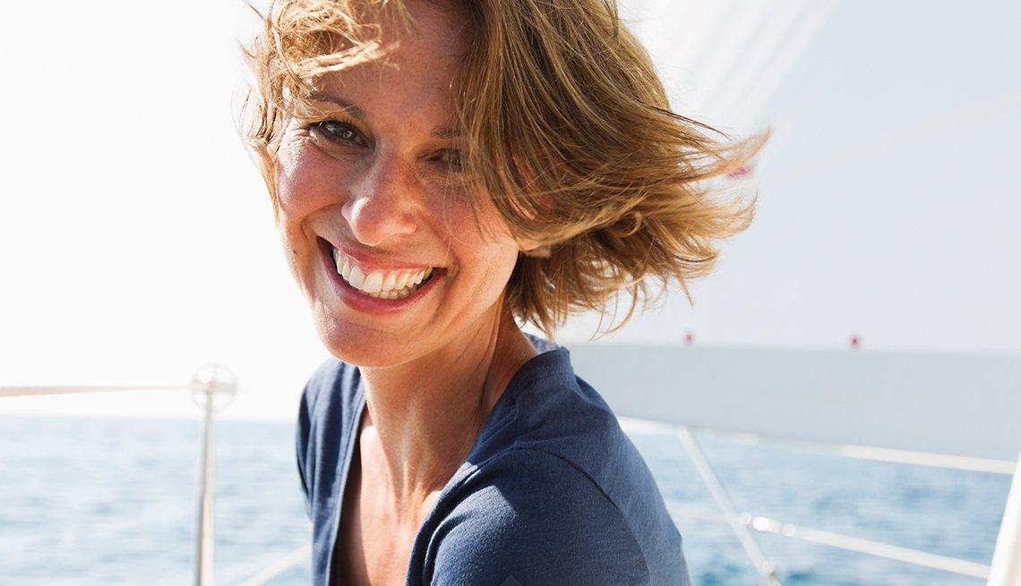 Maneras de verte 10 años más joven - Mujer de cabello corto con el mar de fondo