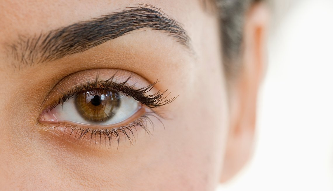 Maneras de verte 10 años más joven - Foto del ojo y la ceja de una mujer
