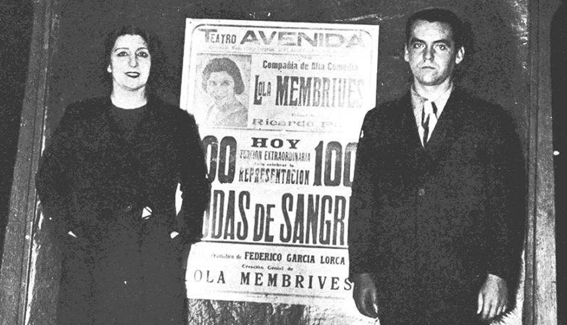Federico García Lorca y la actriz Lola Membrives ante el cartel de la obra