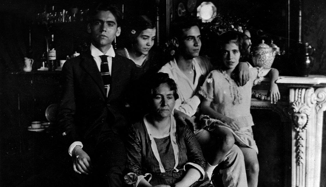 El dramaturgo español Federico García Lorca a los 21 años con su familia. Sus hermanos Concha, Francisco e Isabelita, y su madre Vicenta Lorca. 1919