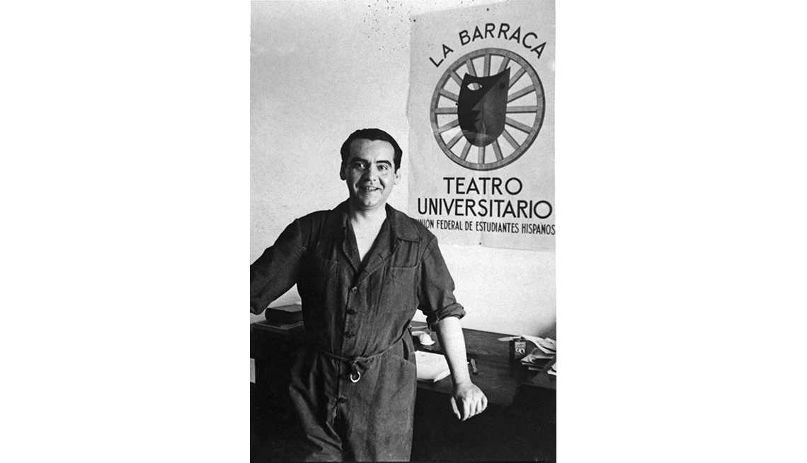 Dramaturgo español Federico García Lorca frente al afiche de La Barraca