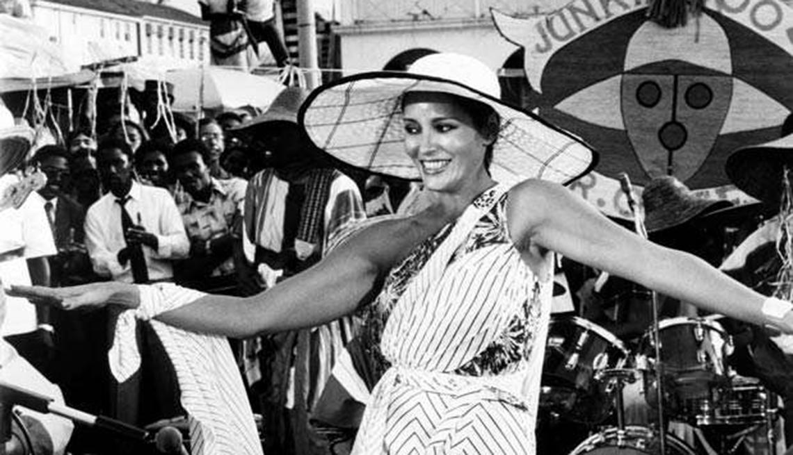 James Bond, el espía que nos ha entretenido por 50 años - Barbara Carrera, 'Never Say never Again ', 1983