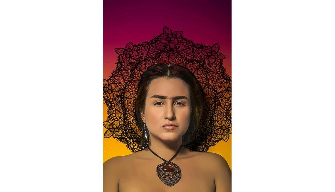 Linda Nieves-Powell personificando a Frida Kahlo