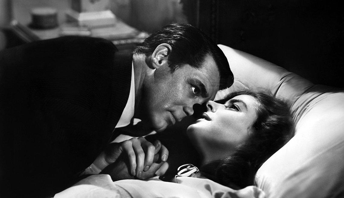 Los actores Cary Grant e Ingrid Bergman en una escena de la película Notorious, 1946