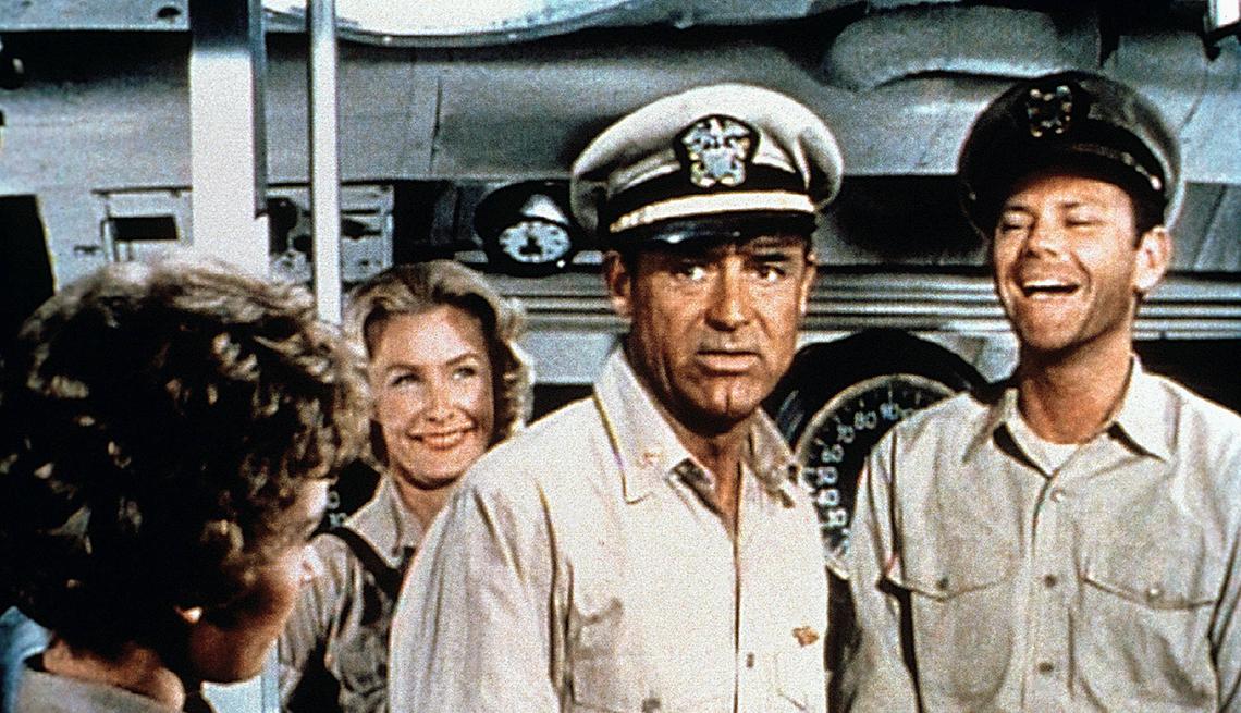 Cary Grant en una escena de la película Operation Petticoat, 1959