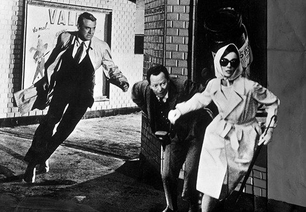 Cary Grant y Audrey Hepburn en una escena de la película Charade, 1963