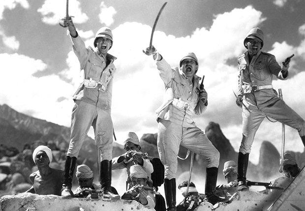 Escena de la película Gunga Din con Cary Grant, Victor McLaglen y Douglas Fairbanks Jr., 1939