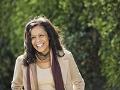 Mujer sonriendo en un dia de otoño. Consejos sencillos de moda pero con grandes resultados