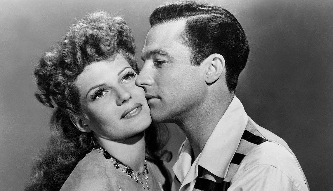 Rita Hayworth y Gene Kelly en una escena de la película Cover Girl -  La vida de la artista en el cine