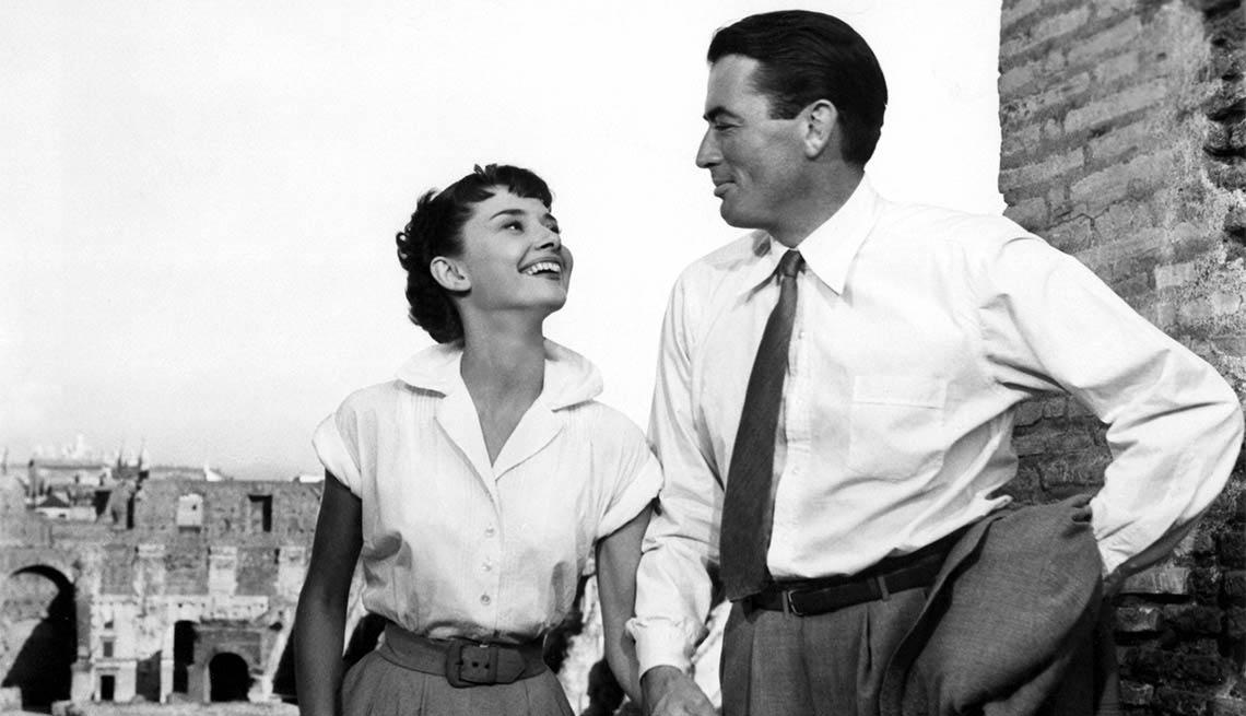 Audrey Hepburn y Gregory Peck en una escena de 'Roman Holiday' - Carrera del actor en Hollywood