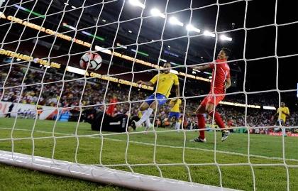 Perú ganó con un gol polémico ante Brasil