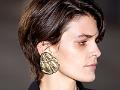 Rostro de perfil de una mujer con un arete dorado grande, como parte de los consejos de moda para el 2017