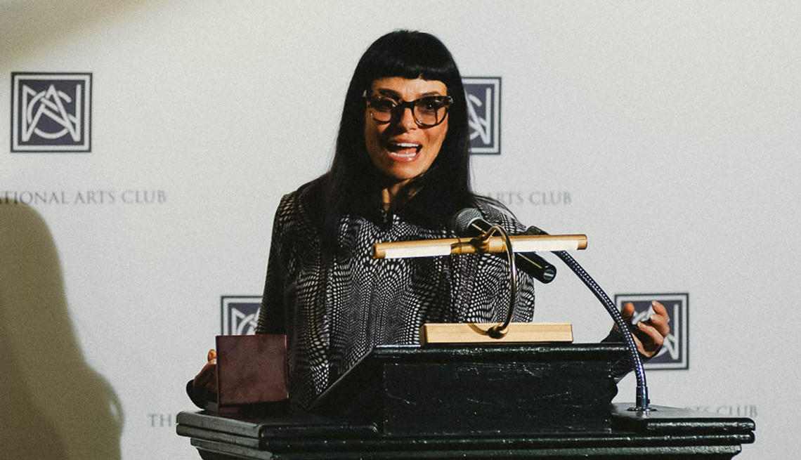 Retrato de la diseñadora de modas Norma Kamali, a sus 71 años