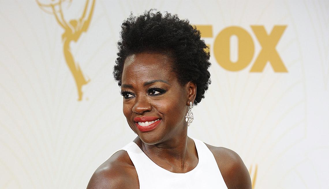 Peinados que no pasan de moda como el corte estilo natural de Viola Davis