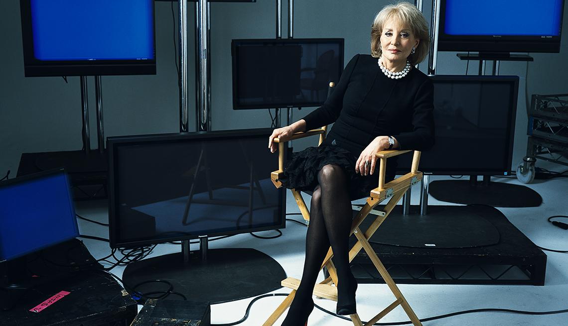 Retrato de la periodista Barbara Walters en un set de televisión
