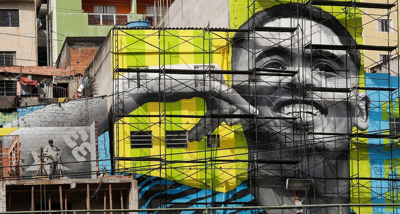 Gigantesco mural de Gabriel Jesús en la favela Jardim Peri.