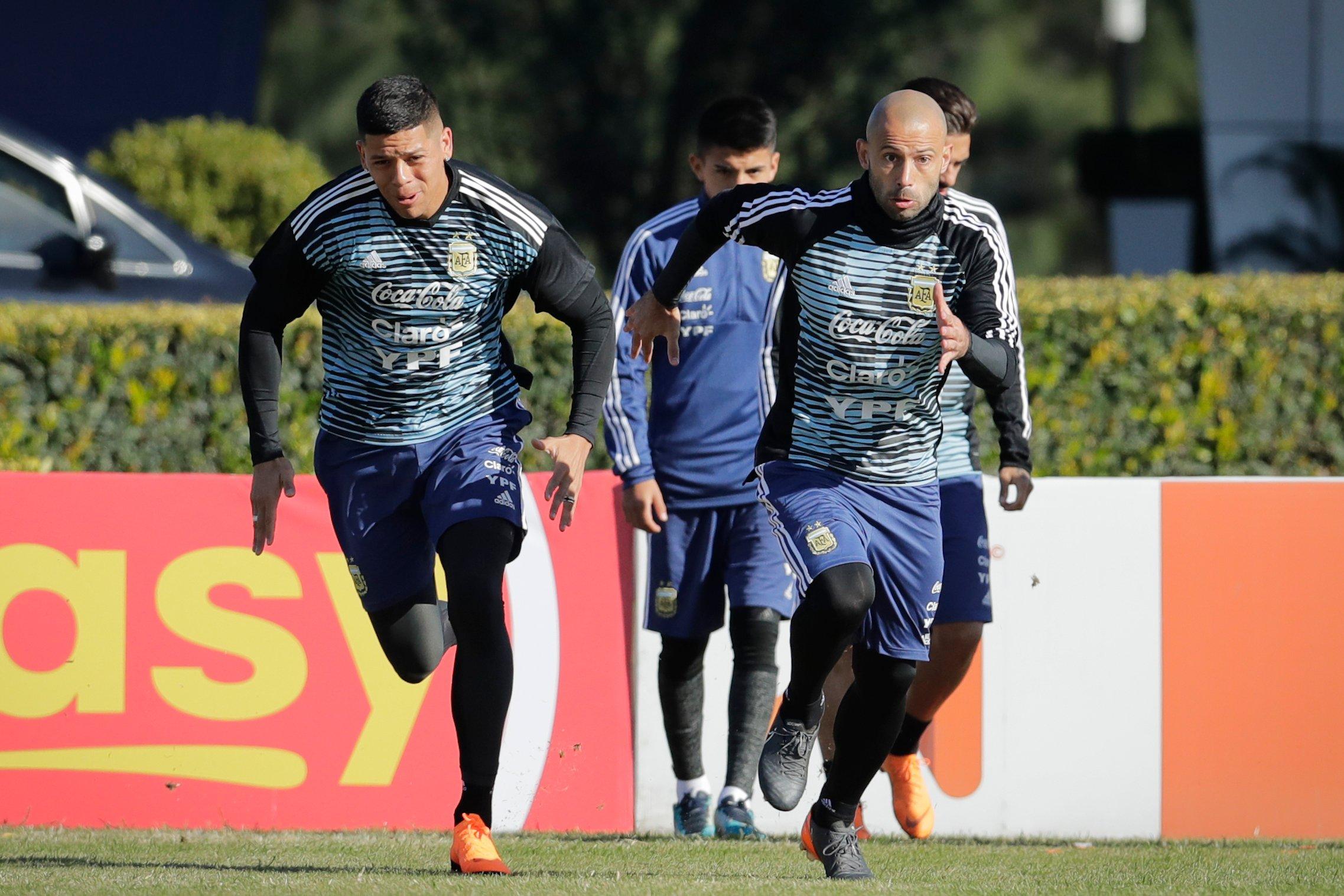 Javier Mascherano corriendo junto a Marcos Rojo