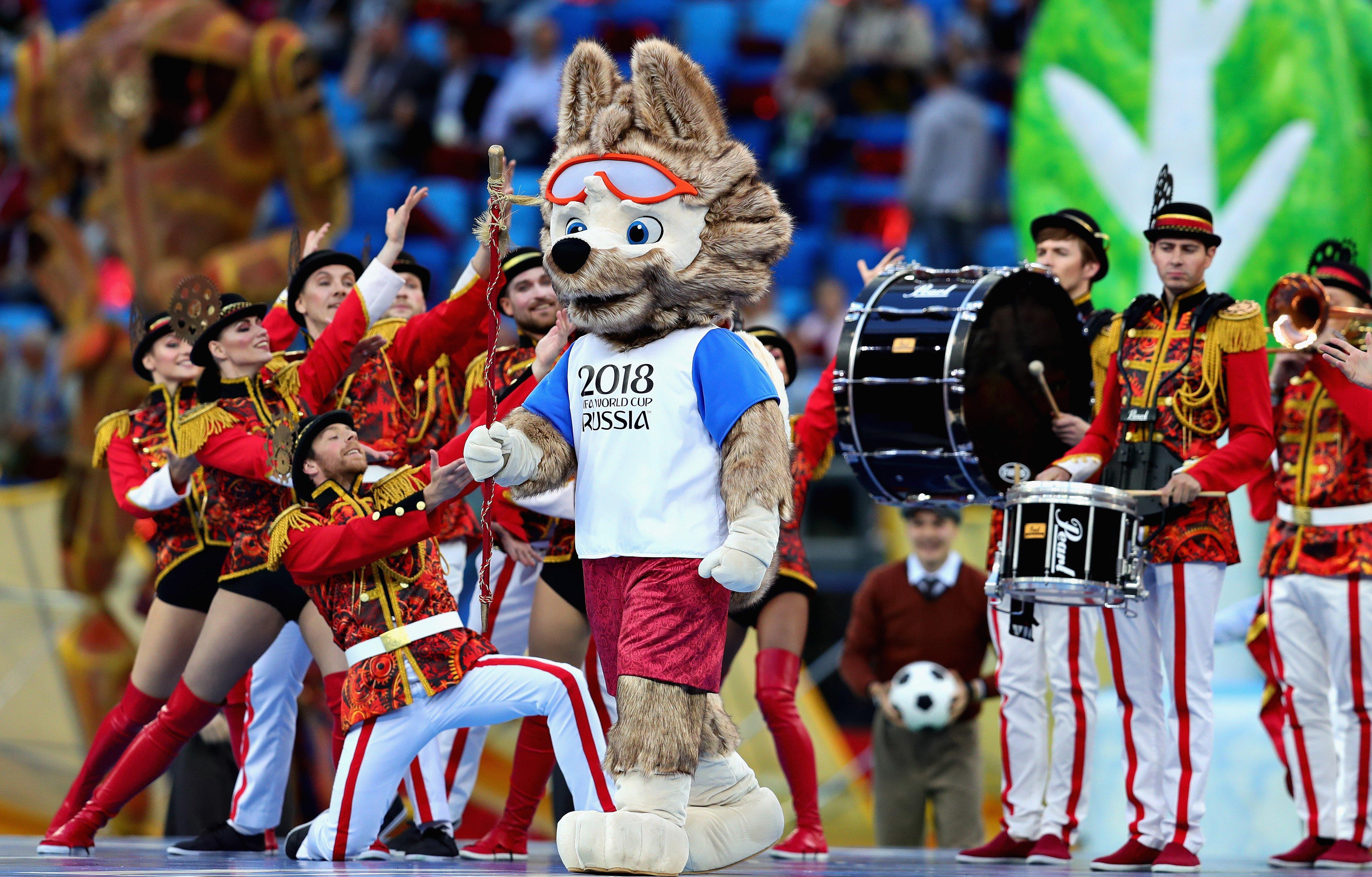 Mascota de Rusia 2018 junto a músicos