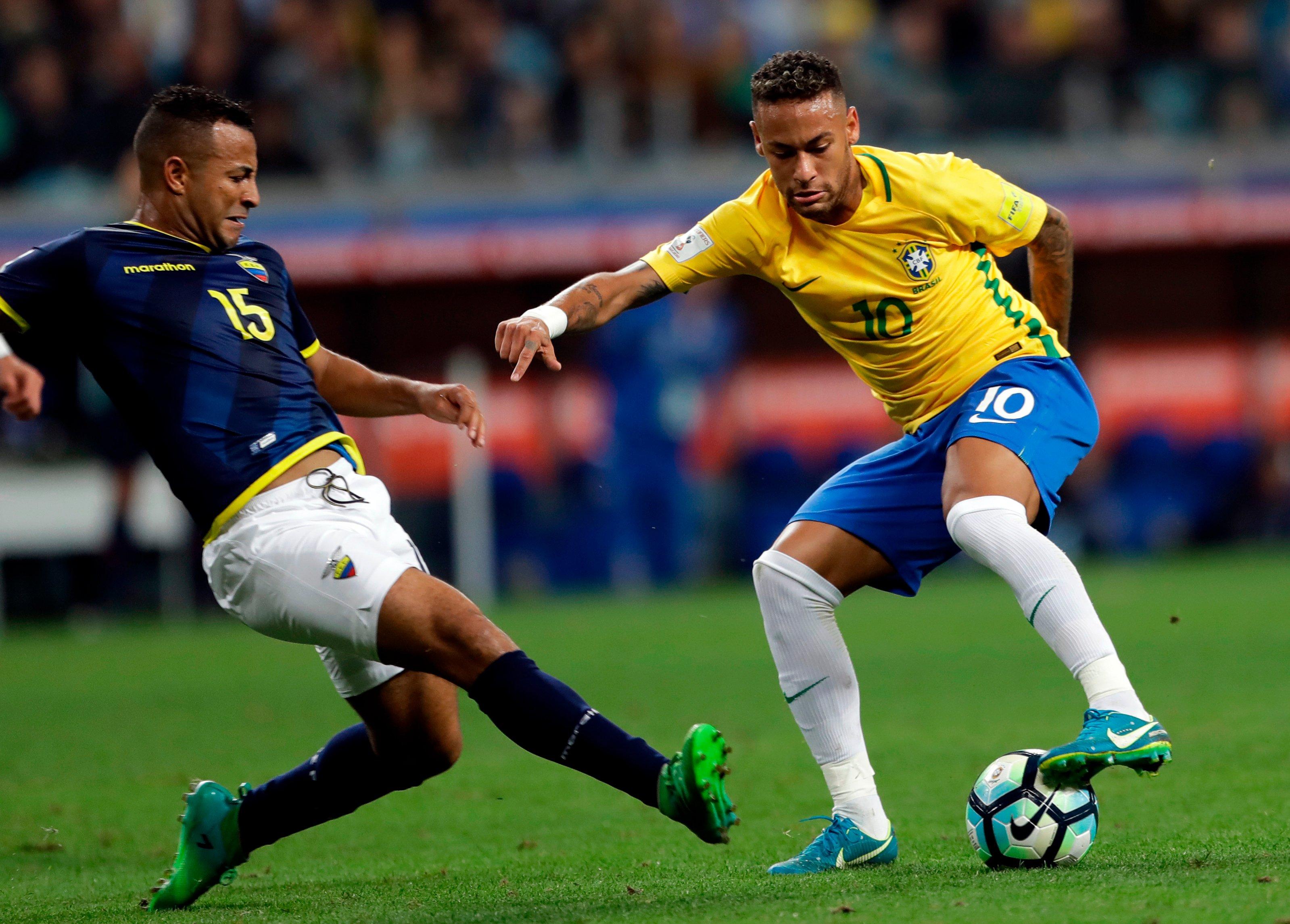 El brasileño Neymar hace un regate