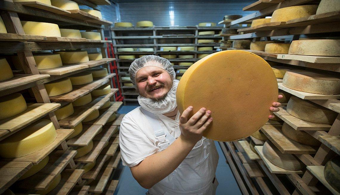 Un productor ruso muestra un queso de su fábrica.