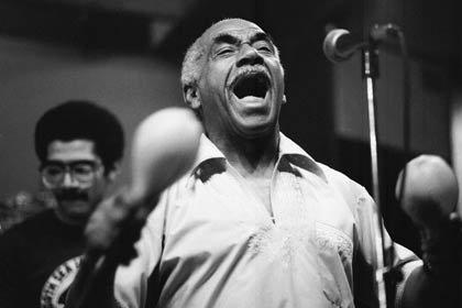 Foto en blanco y negro de Machito en concierto - Latin Jazz.