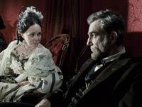 Mary Todd Lincoln (Sally Field) y Abraham Lincoln (Daniel Day-Lewis) aparecen en esta escena de la película del director Steven Spielberg LINCOLN