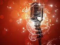 Micrófono rodeado por unas notas musicales - Los mejores álbumes en español para estas vacaciones
