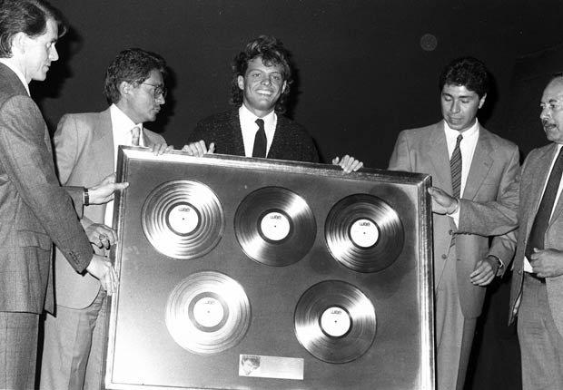Luis Miguel recibe Ocho discos de oro y cinco de platino por las altas ventas de su disco Soy como Quiero Ser en 1988.