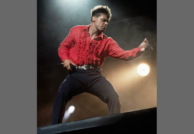 Luis Miguel cantando en el escenario.