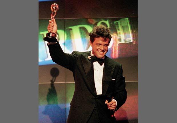 Luis Miguel recibe el premio al mejor artista latino del Mundo del Año, durante los World Music Awards en Mónaco.