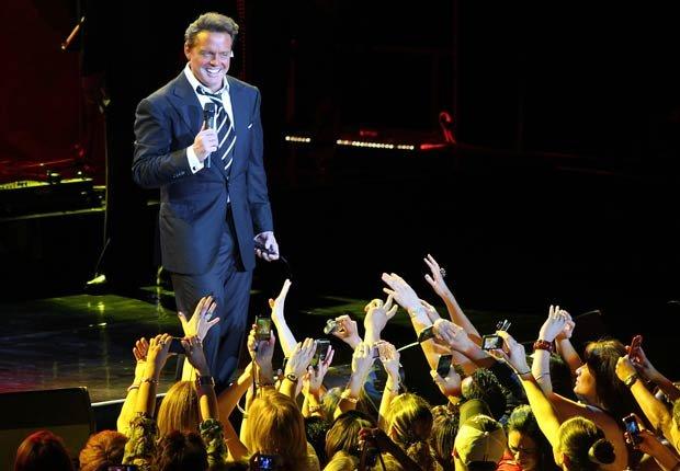 Luis Miguel en el escenario promocionando su último álbum titulado Luis Miguel.