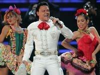Pedro Fernández llegó al escenario con un traje de charro blanco y un enorme moño rojo en Premio Lo Nuestro 2013.