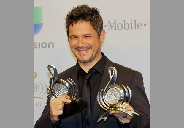 El español Alejandro Sanz obtuvo el Premio a la Excelencia Musical de Premio Lo Nuestro y cantó su éxito 'Mi marciana' y su clásico 'Corazón partio'.