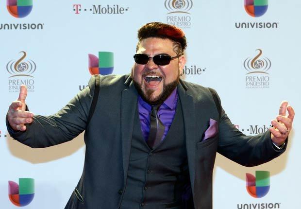 El cantante boricua, exintegrante de Son by Four, saluda durante la alfombra roja de Premio Lo Nuestro.