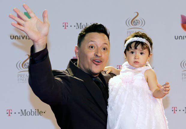 El cantante boricua de merengue desfiló en la alfombra roja de Premio Lo Nuestro 2013 junto a su hija de un año, Génesis.