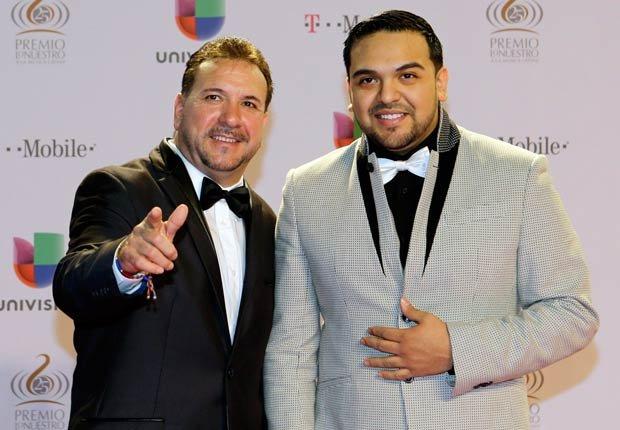 Jose Luis Terrazas y Jose Luis Terrazas Jr. del grupo Montéz de Durango en la alfombra roja. El conjunto ganó el premio al Artista duranguense del año en Premio Lo Nuestro 2013.
