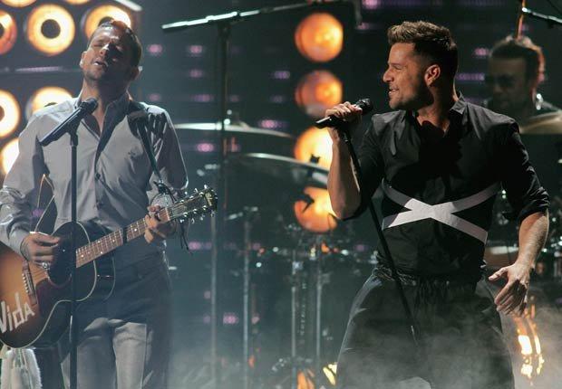 El cantante puertorriqueños Ricky Martin (derecha) participó en la ceremonia cantando junto a su excompañero del grupo Menudo, Draco Rosa (izquierda) en Premio Lo Nuestro 2013.
