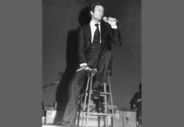 Julio Iglesias actúa en el escenario en 1975 en los Estados Unidos.