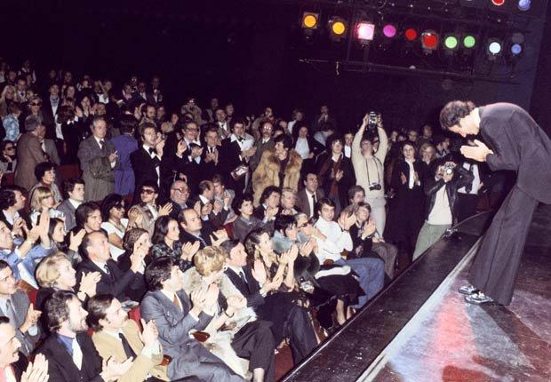Julio Iglesias actuando en el estadio Olympia en París en los setentas.