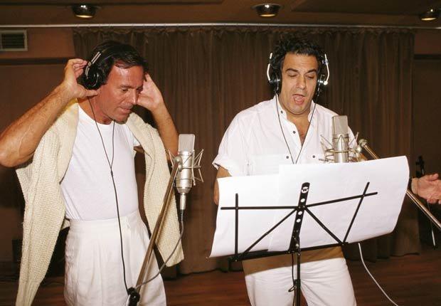 Julio Iglesias y Plácido Domingo, en un estudio de grabación.
