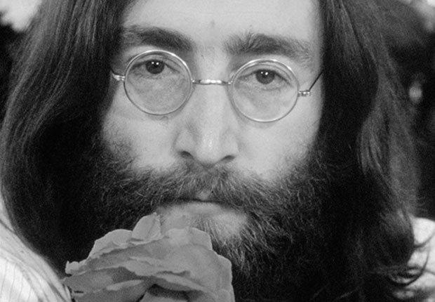 Beatles músico John Lennon con una rosa en su
