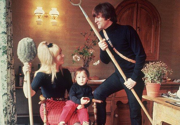 John Lennon en su casa con su primera esposa Cynthia y su hijo Julian en 1964, Beatlemanía.