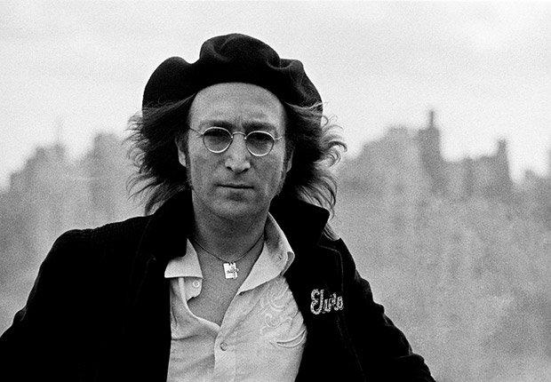 Lennon en tejado del edificio Dakota, donde vivía en Nueva York, 1975. Beatlemanía.