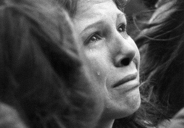 Una mujer no identificada llora durante la vigilia silenciosa diez minutos de John Lennon, Beatlemanía.