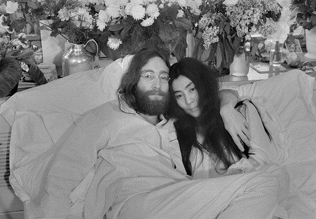 John Lennon y Yoko Ono, recientemente casado, posan en la cama en Montreal en 1969, Beatlemanía.