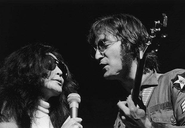 John And Yoko cantan en un concierto en 1972, Beatlemanía.