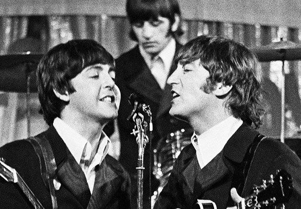 John Lennon, Paul McCartney y el baterista Ringo Starr de Los Beatles durante una gira en Alemania en 1966, Beatlemanía.