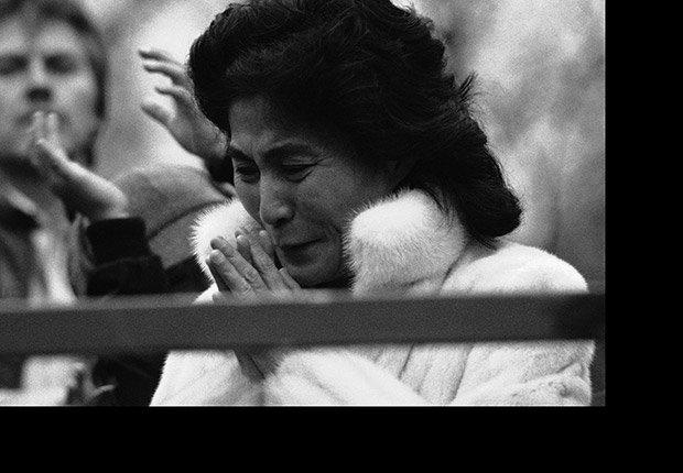 Yoko Ono, viuda de John Lennon, reacciona durante las ceremonias en el Parque Central de Nueva York en 1984, Beatlemanía.